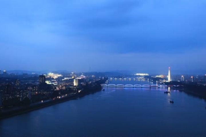 La nuit de Pyongyang depuis l'hotel Yanggakdo International